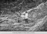 Prospecteur faisant un lavage d'essai à la battée