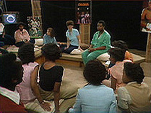 Teenagers discuss youth marriage in the Say Brother studio