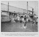 Passagers débarquant du Monoroue (le Tombouctou)pour transborder sur les chalands à la limite de flottaison, eaux basses (Niger)