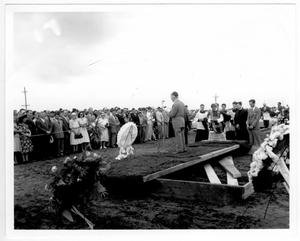 Rabbi Louis Feigon speaking at the mass burial service for victims of the 1947 Texas City Disaster