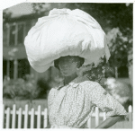Woman carrying bundle on head, Natchez, Mississippi, August 1940