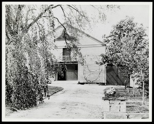 Newton photographs oversize : Allen House : 35 Webster Street / [compiled by the staff of the Newton Free Library]. - Allen House : 35 Webster Street - Barn of Allen House