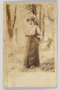 Photographic postcard of an unidentified woman