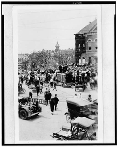 [Crowd gathering in street to watch the lynching of Jesse Washington, Waco, Texas]